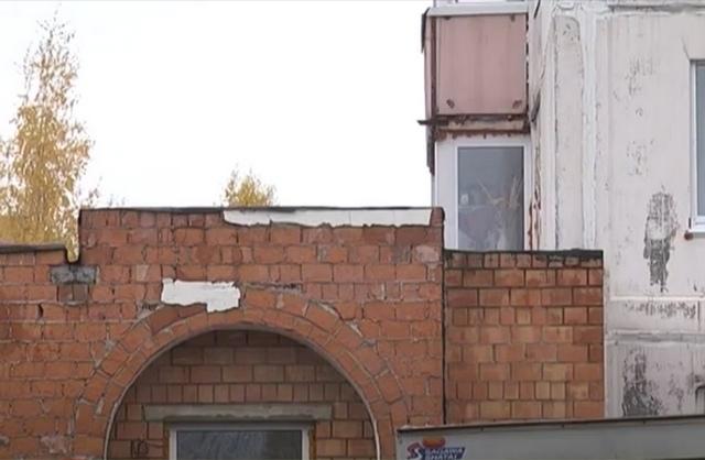 Усть-Илимский городской суд обязал снести самовольно возведенный балкон