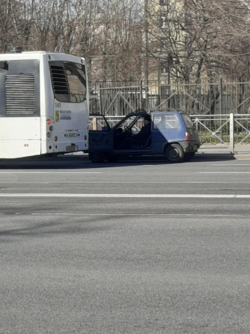 На Благодатной автобус помог водителю открыть дверь нараспашку в его Оке