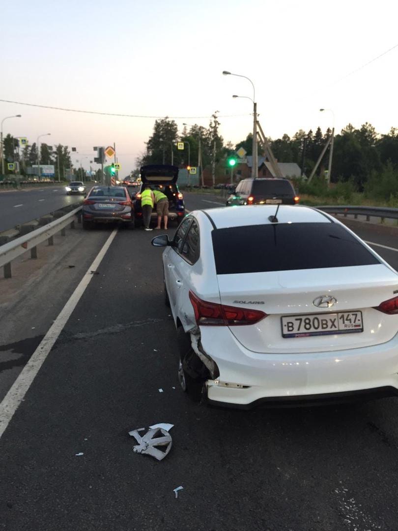 ДТП с двумя Hyundai на пересечении Дороги Жизни и Приютинской.