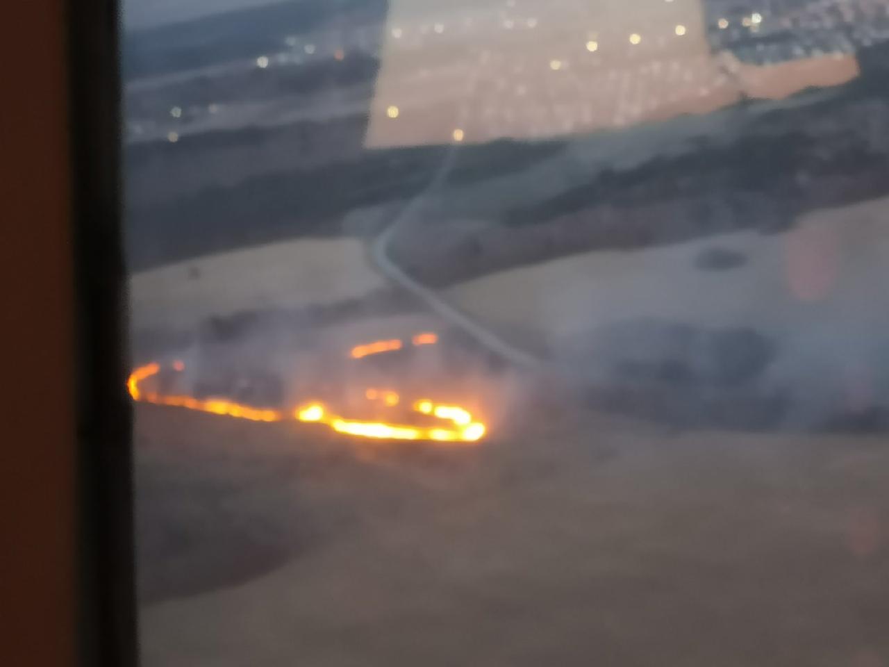 Вновь горят поля рядом с деревней Переярово в Гатчинском районе.