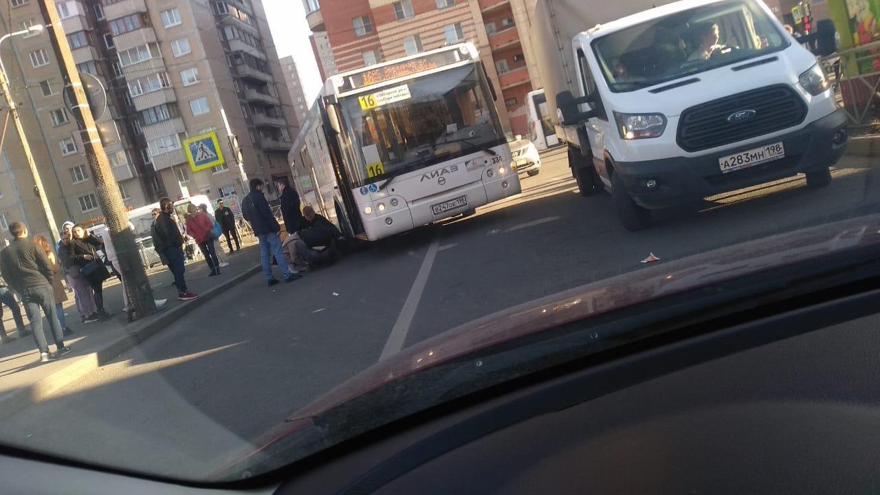 На перекрёстке Пулковской и Звездной автобус сбил человека. Лежит без признаков жизни. Службы на мес...