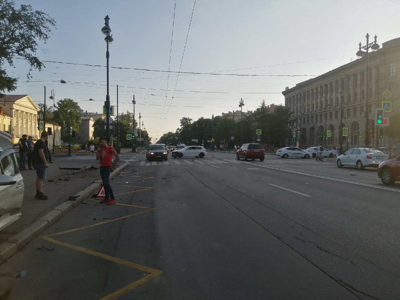 На пересечении 8 линии и Большого проспекта столкнулись 2 машины..