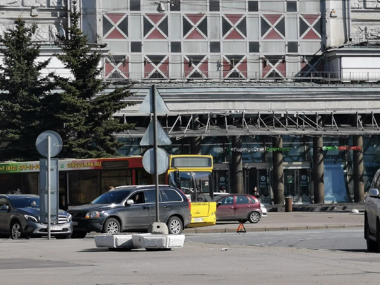 Автобус 105 маршрута встретился с Volvo на площади Калинина