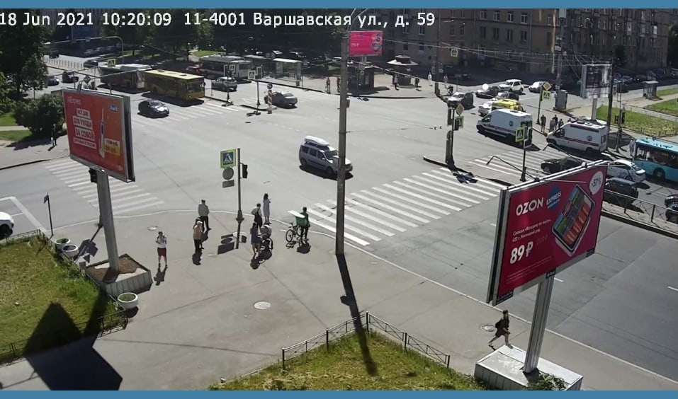 На Ленинском, перед Варшавской, Автобус К-246 произвел столкновение с автобусом 130, ожидавшим разре...
