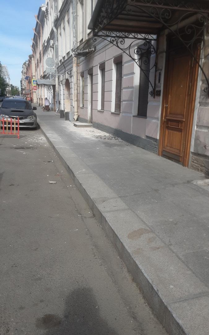 Очередной обвал фасада в центре На улице Блохина 27 А через пару домов школа ......