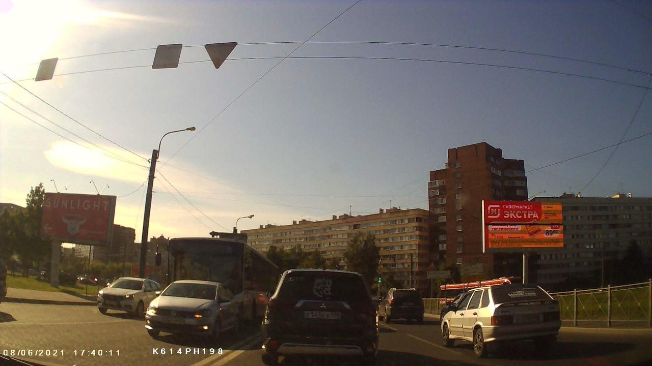 На на перекрёстке Стачек и Маршала Казакова ЛиАЗ догнал Поло. Проезд во всех направлениях только из ...