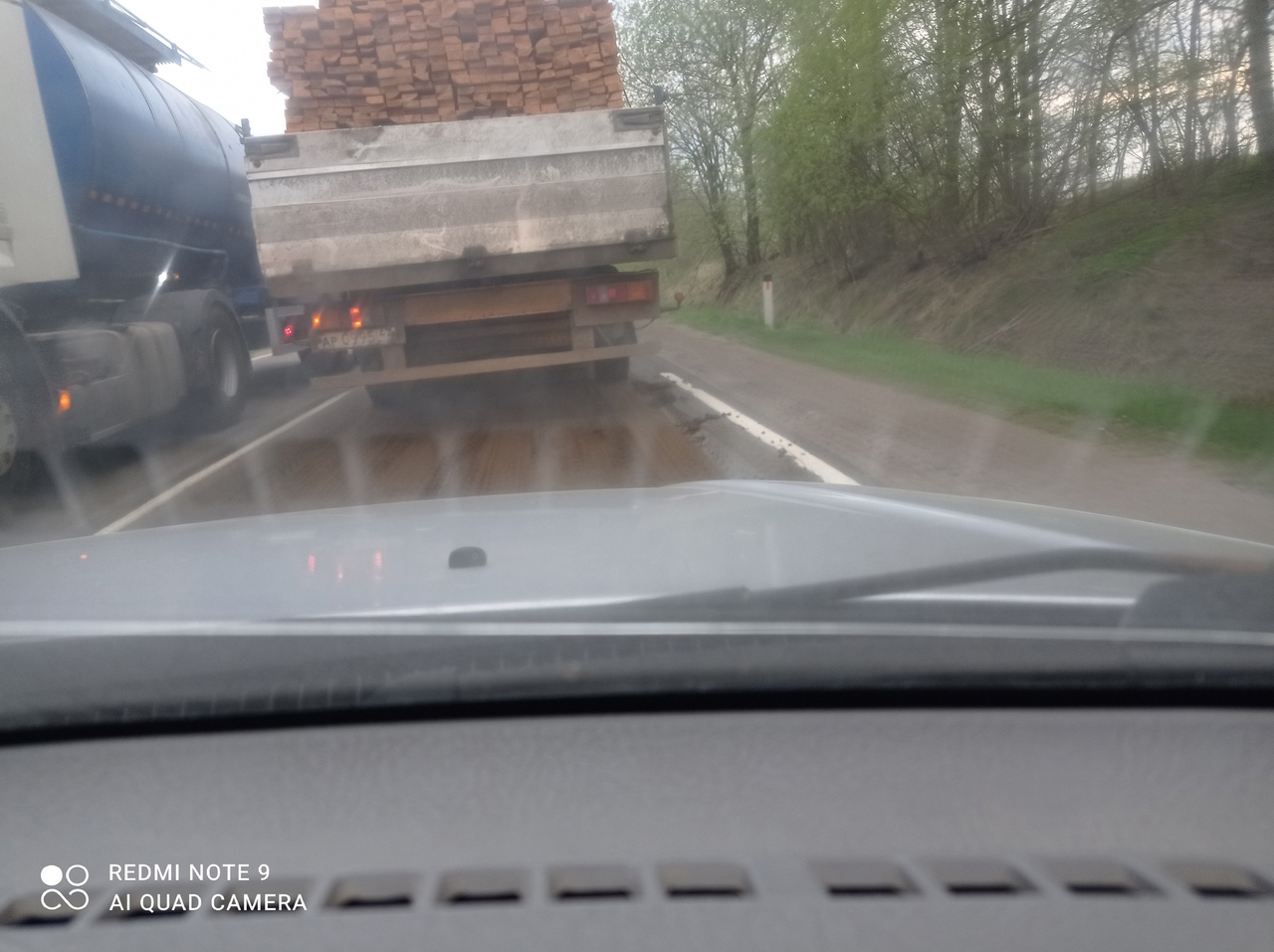 Тонар рассыпал навоз по всей дороге от Мурманки до Синявинской птицефабрики. Фурам не подняться, вон...