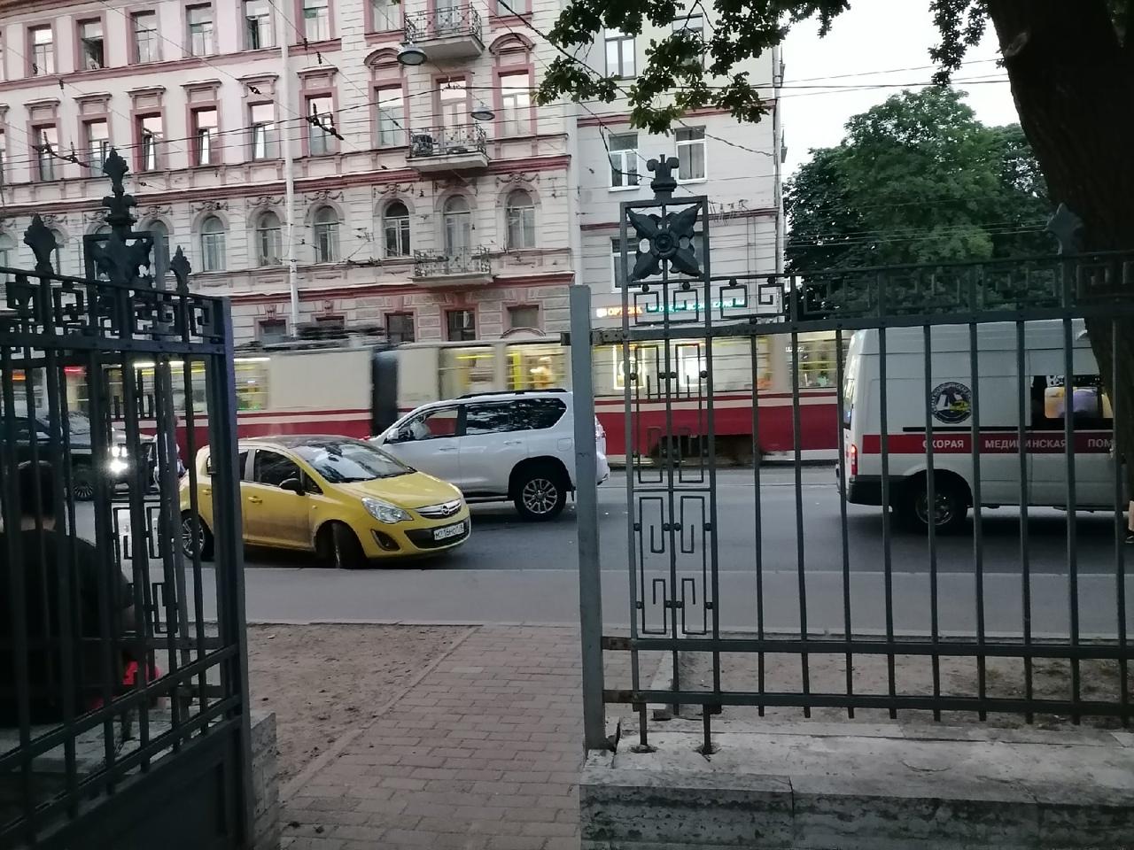 Прадо протаранил Опель на Академика Лебедева у перекрёстка с Боткинской улицей Скорая и реан...