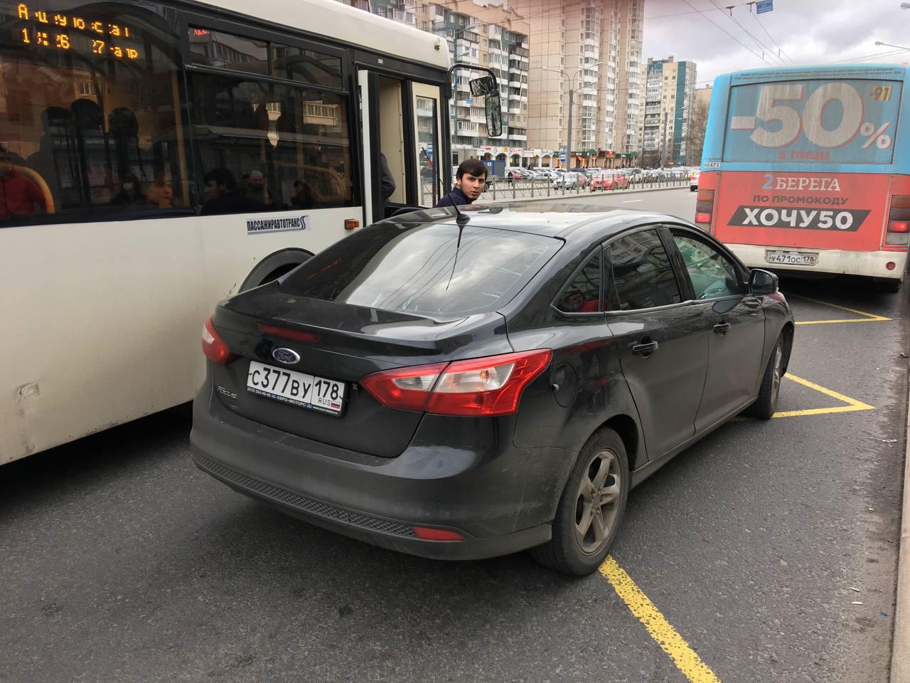 Драка у метро «Комендантский проспект» - человек сначала мешал остановке общественного транспорта, п...