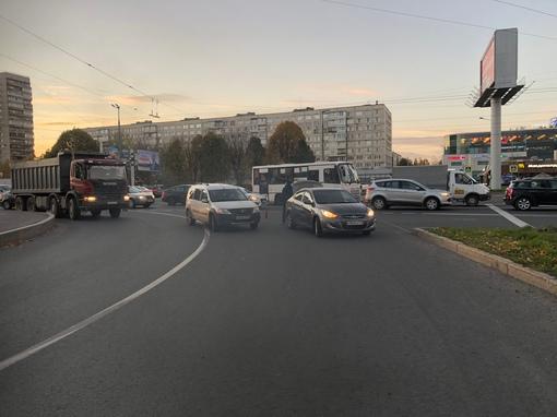 На съезде с Володарского моста притерлись Ларгус и Hyundai.