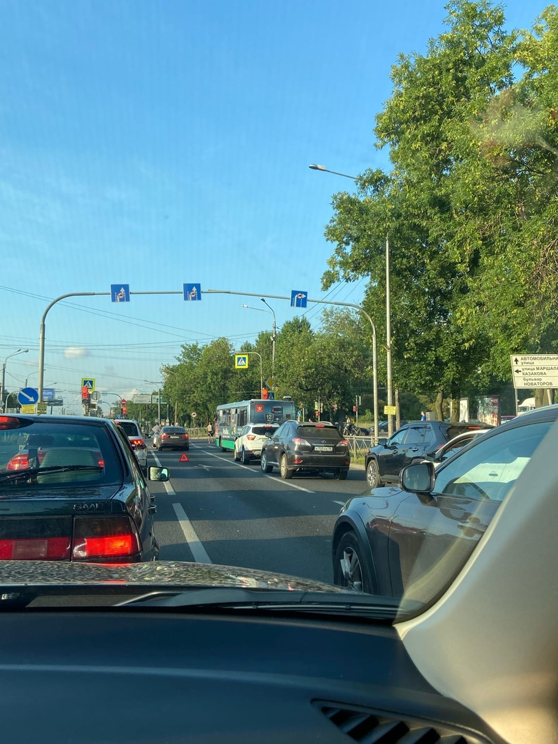 У перекрёстка Стачек и Марашала Казакова стукнулись у светофора в сторону Автово в средней полосе.