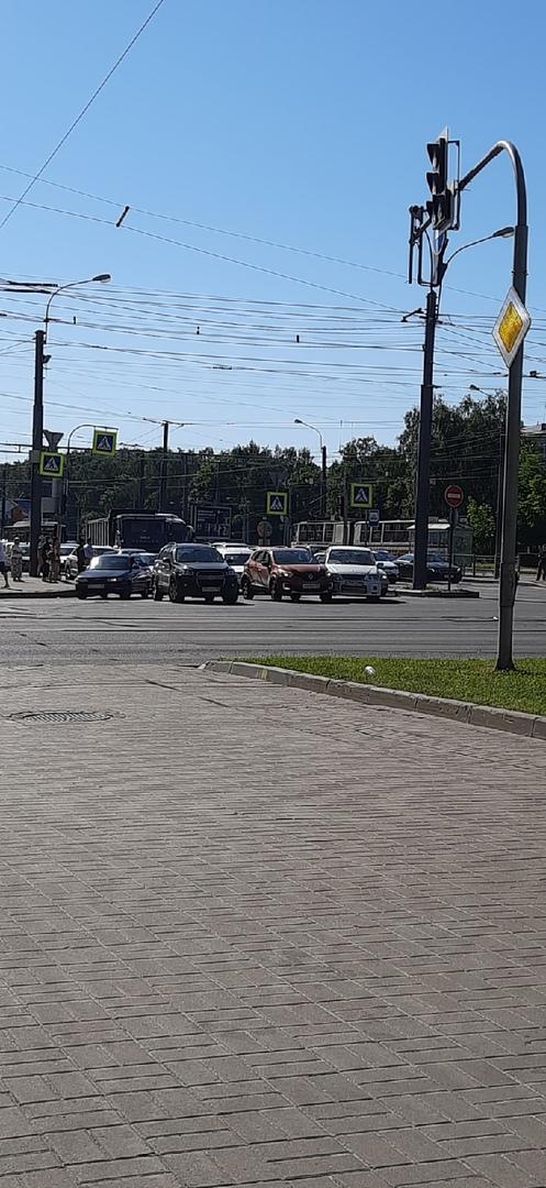 Renault и прульный Nissan Рresage, 1986 прижались Светлановской площади