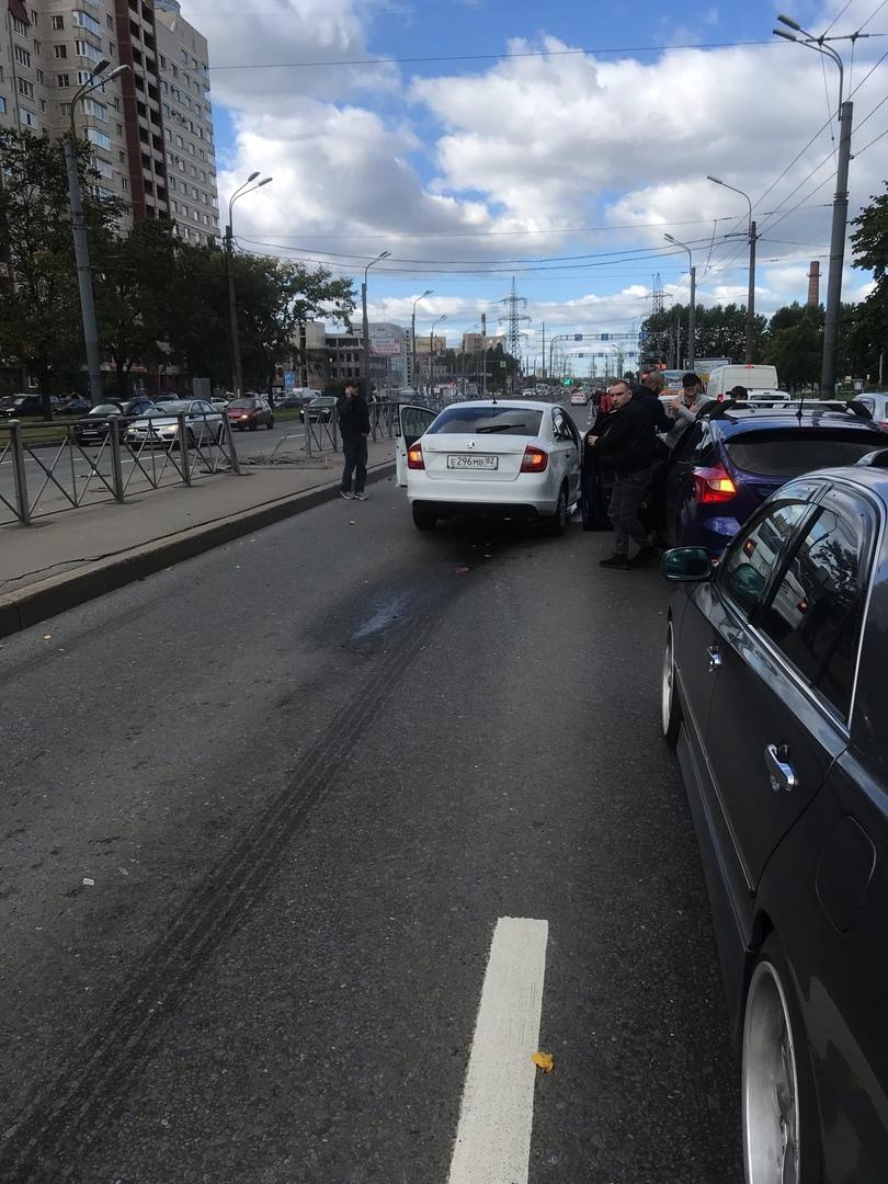 Дтп на Индустриальном проспекте . Renault перестроился в левый ряд перед Шкодой, пробил ограждение и вы...
