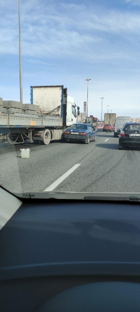 На внутреннем кольце КАД перед городом Мурино ремонтируют третью и четвёртую полосы. Казалось бы, м...