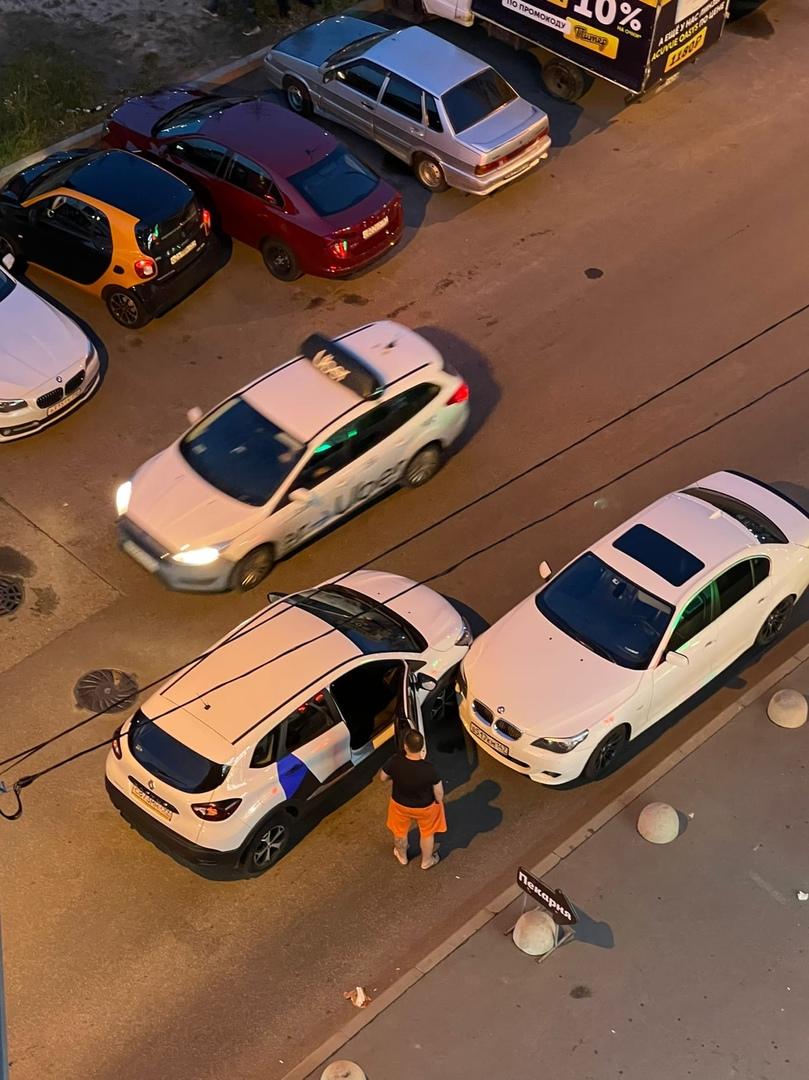 Женщина на каршеринге врезалась в стоящий на проезжей части БМВ в Девяткине.