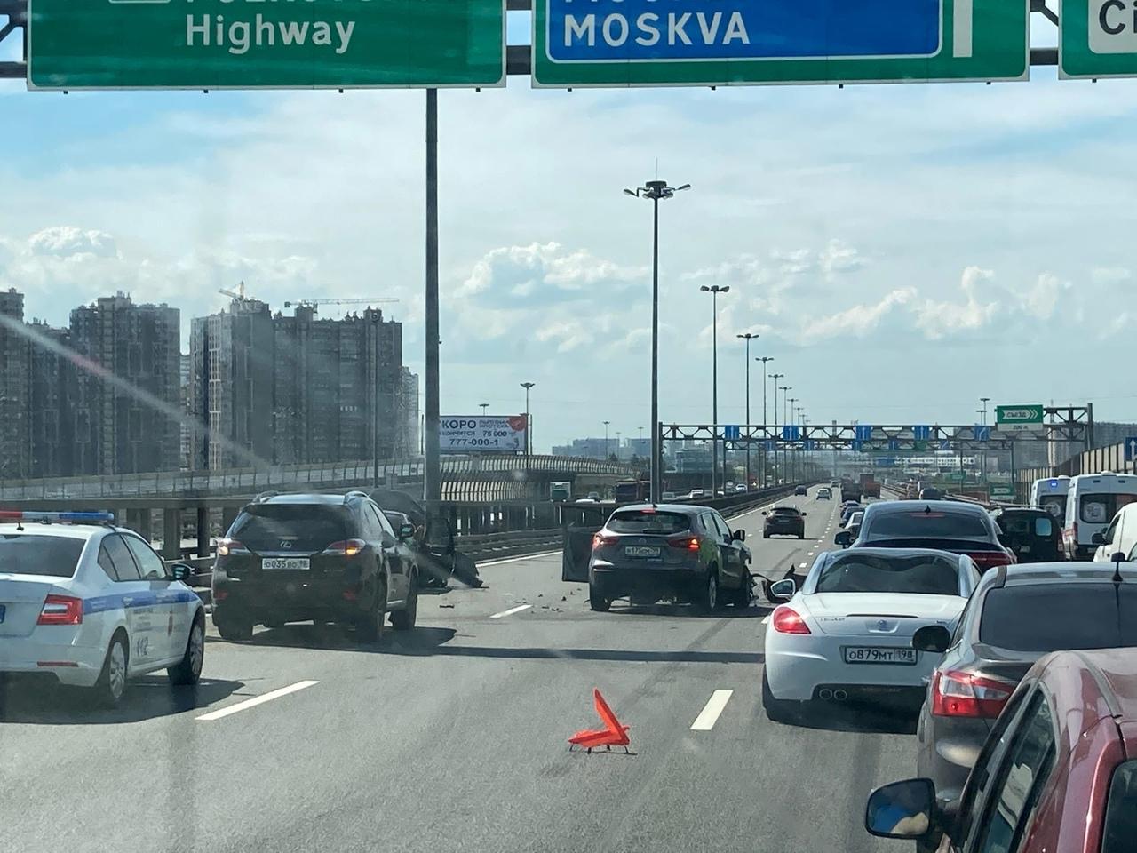 Перед съездом на Московское шоссе ужасная авария. Сильный затор.