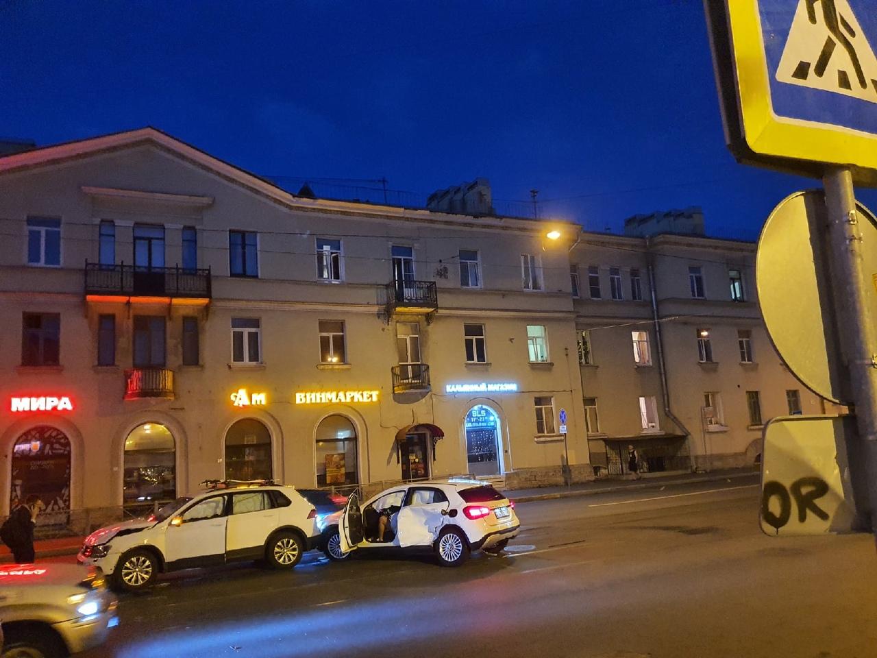 На перекрестке Среднеохтинского проспекта и Тарасовой улицы, от удара прокрутился Mercedes. Все живы...