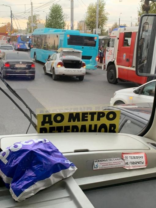 На Маршала Жукова Volkswagen заехал под автобус.