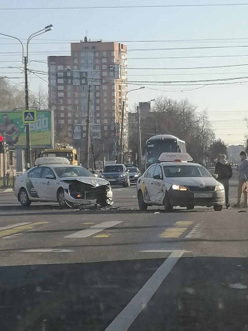 У метро Академическая столкнулись два автомобиля такси.