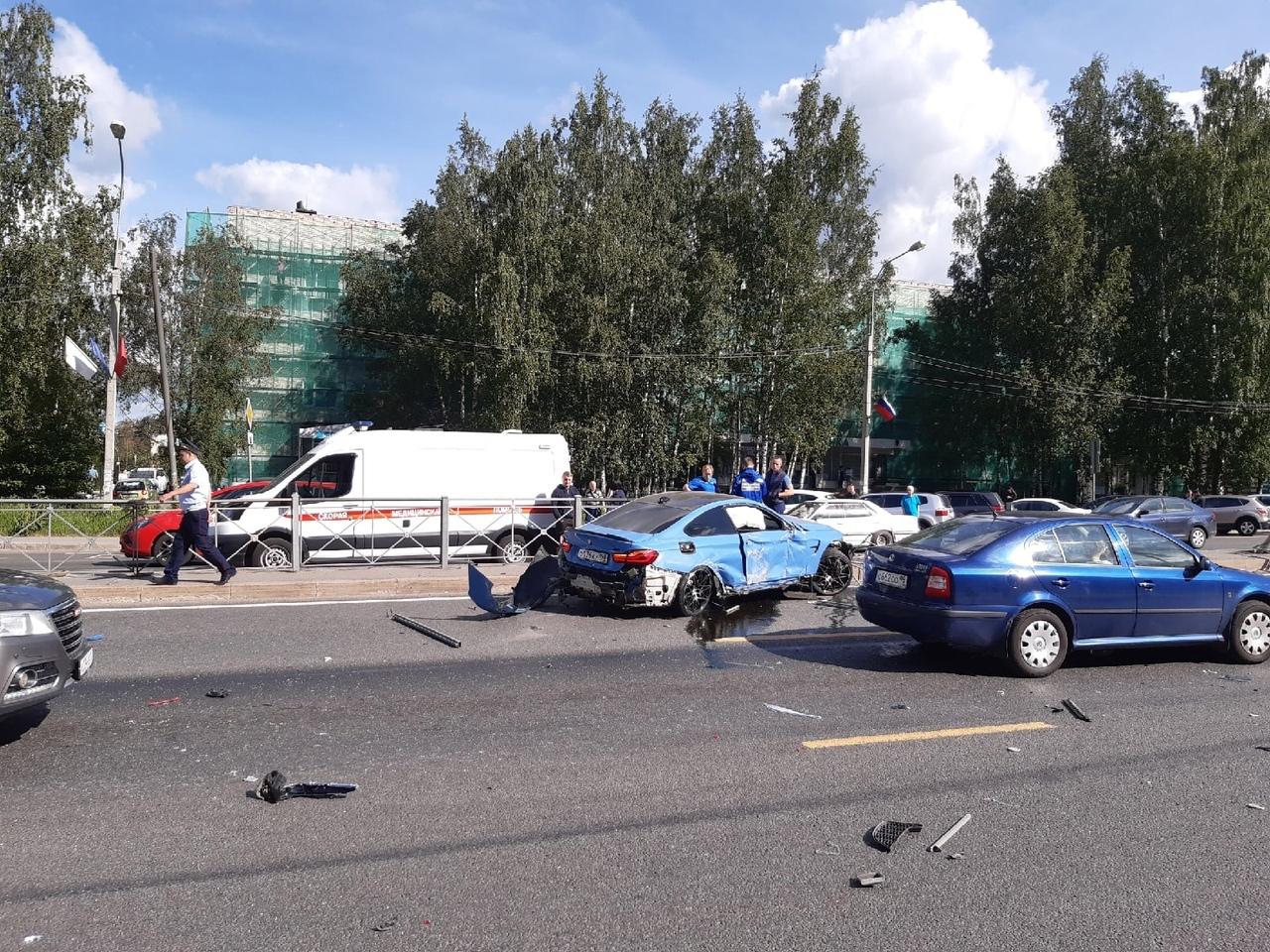На Дороге Жизни возле Всеволожской ЦКБ в 9:15 водитель синей БМВ решил понтануться, резко дал по газ...