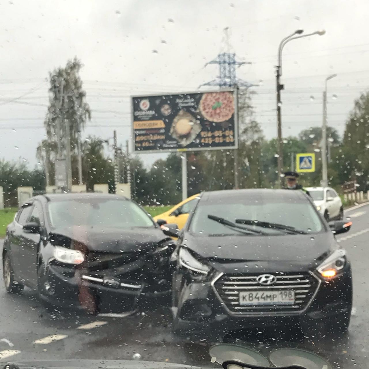 Ford и Hyundai организовали ДТП в Пушкине,на переезде.