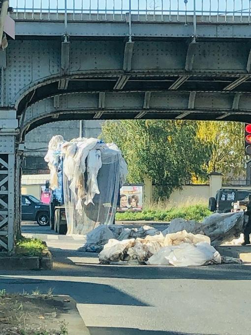 Очередной умник решил проехать под ЖД мостом на Боровой