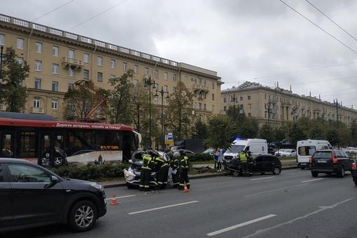 На перекрестке Благодатной и Московского авария, вроде все выжили но трамваи стоят.
