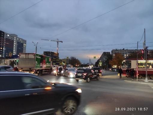 В 18:40 на перекрестке Дальневосточного и Крыленко на трамвайных путях поцеловал один другого в зад.