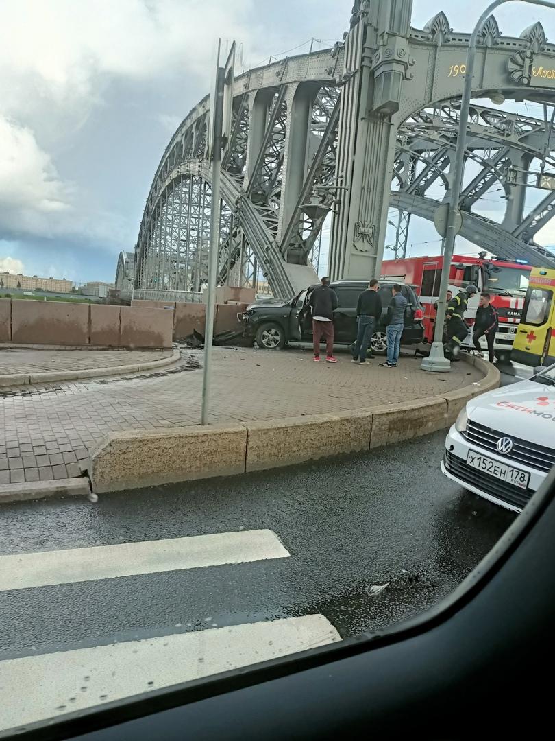 Столкнулись у Большеохтинского моста, такси и крузер в поребрике, движение уже не затрудняют.