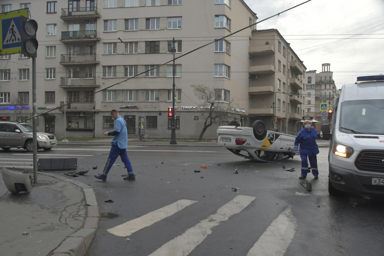 В шесть утра на пересечении Каменноостровского проспекта и улицы Профессора Попова перевернулся авто...