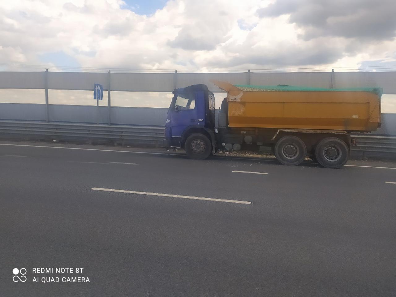 Самосвал протаранил фургон на Киевском шоссе, На полосе по направлению в СПб