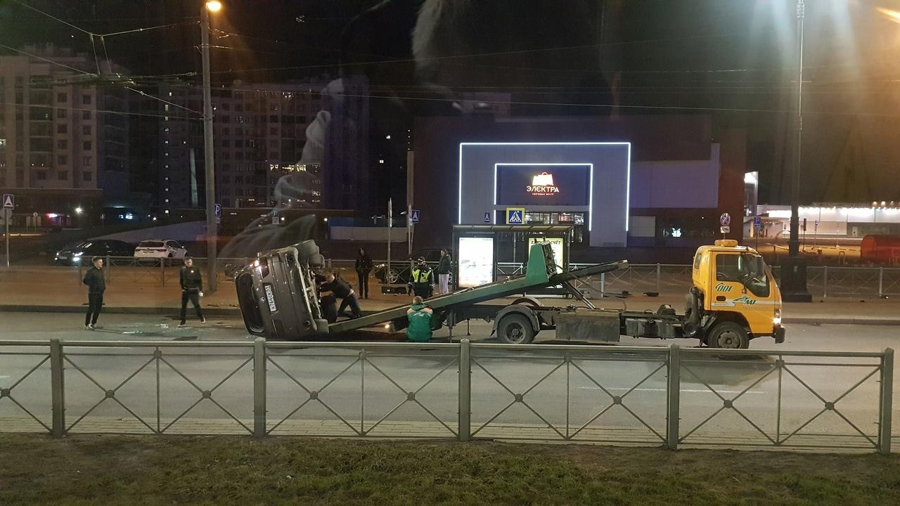"""Лютый замес на Московском проспекте,напротив м.Электросила.BMW,на крыше и делимобиль """" Smart""""."""