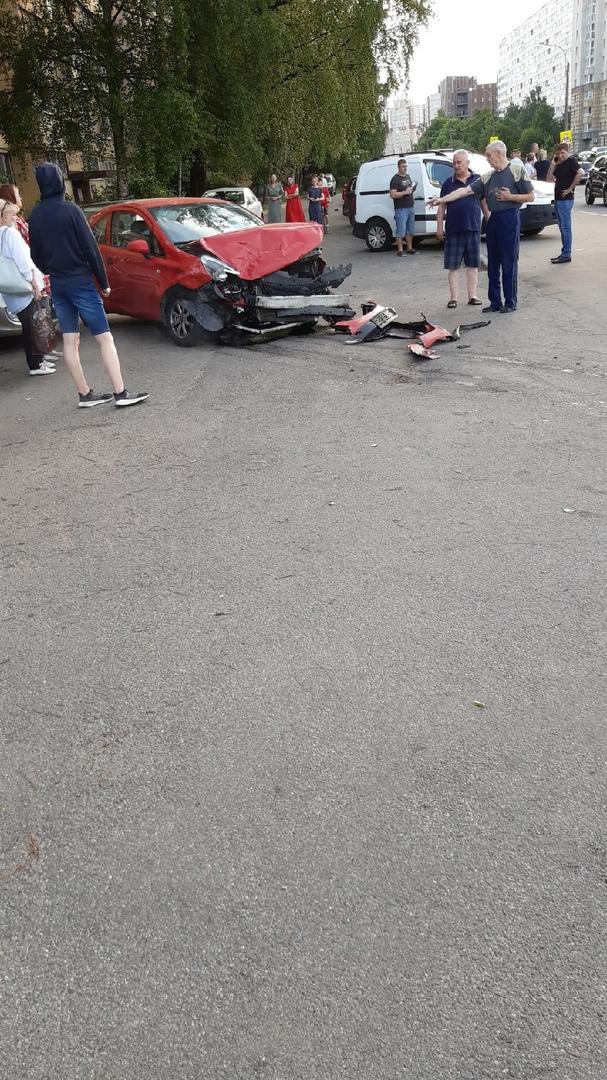 ДТП произошло на перекрёстке Рихарда Зорге и Бреский бульвар. Пострадал Водитель Киа оптима, его заб...
