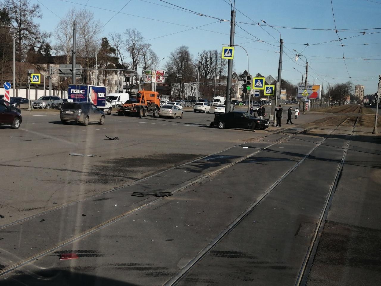 Веселое утро на перекрёстке Выборгского шоссе и проспекта Луначарского. Range Rover с разбитым перед...