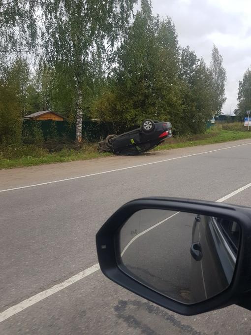 Solaris прилег отдохнуть на крыше у съезда на Новоприозеоское шоссе из Агалатова