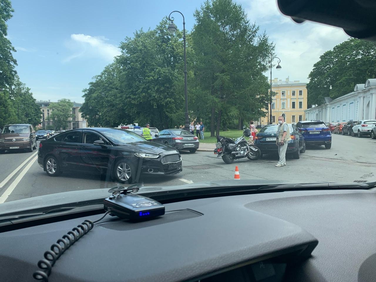 На улице Смольного Ford поворачивал налево и не пропустил встречного мотоциклиста Мотоцикл отлетел ...