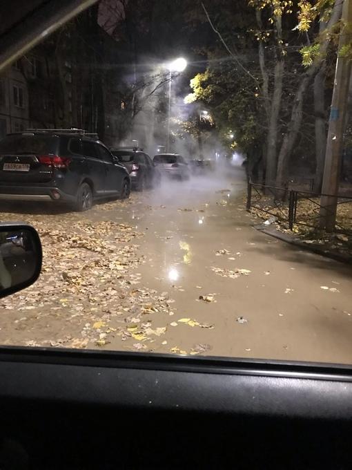 На Бухарестской кипящая лужа между домами 33 к4 и 33 к3