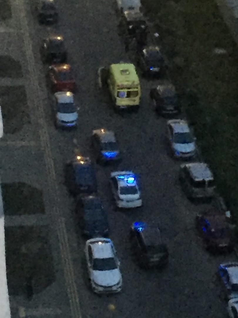 На Глухарской 27 из окна многоэтажки выпала женщина.