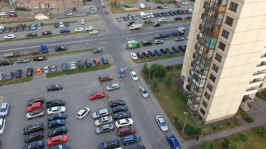 Каршеринг запарковался в поребрик на пр. Кузнецова. Въезд и выезд из двора только в объезд.
