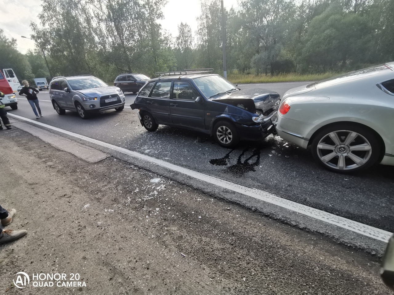 Аутлендер въехал в четырку, а четырка догнала Бентли на Приморском шоссе, перед Белоостровом около ...