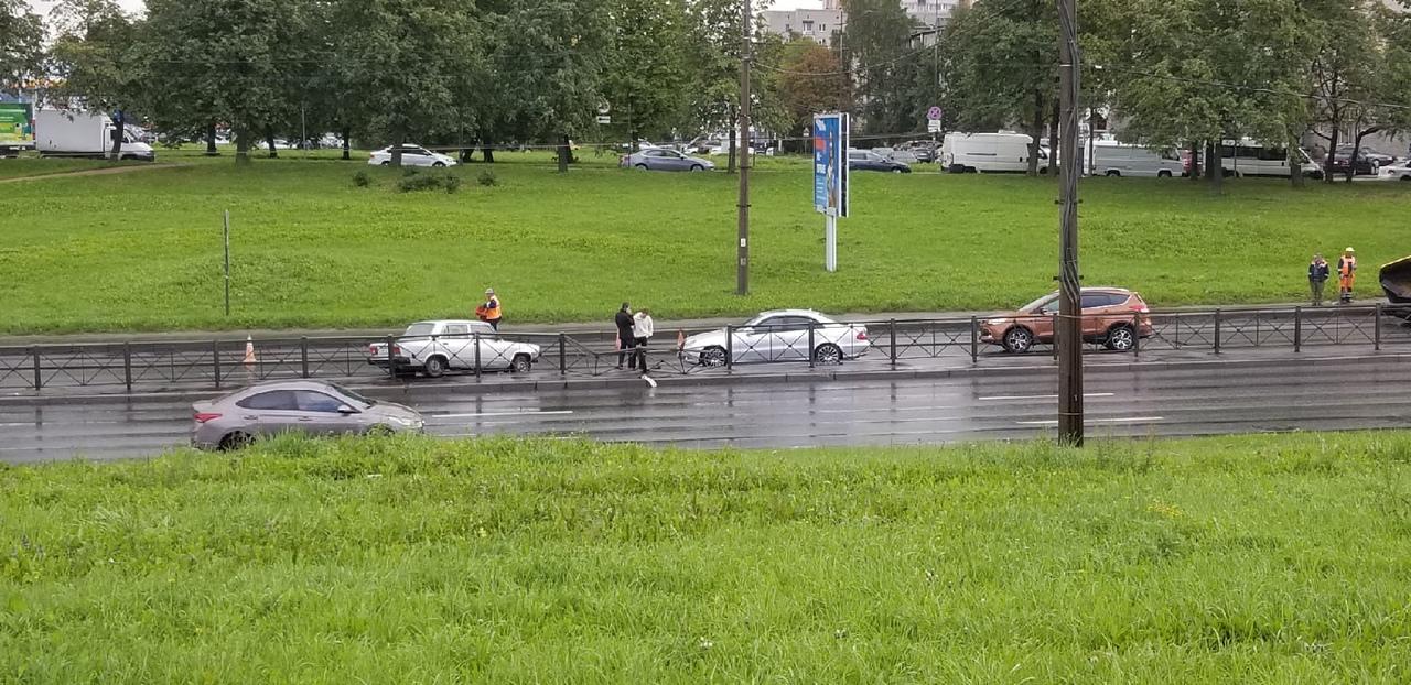 Авария на Типанова в сторону Славы почти под ж/д мостом, в левом ряду.