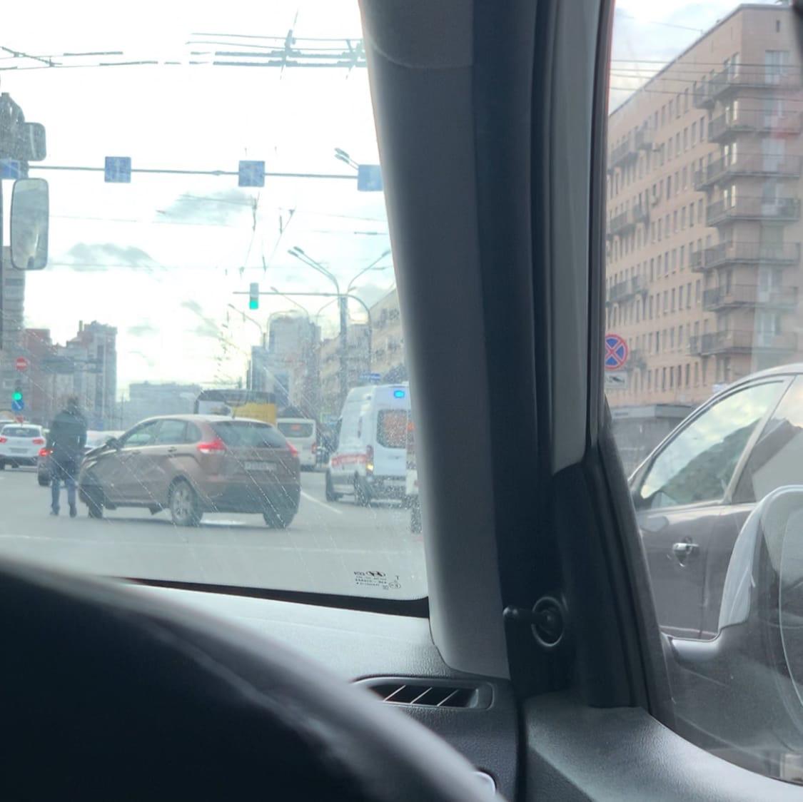 Автобус и Лада стукнулись на пересечении Ленинского и бульвара Новаторов. Пробка на 30 минут