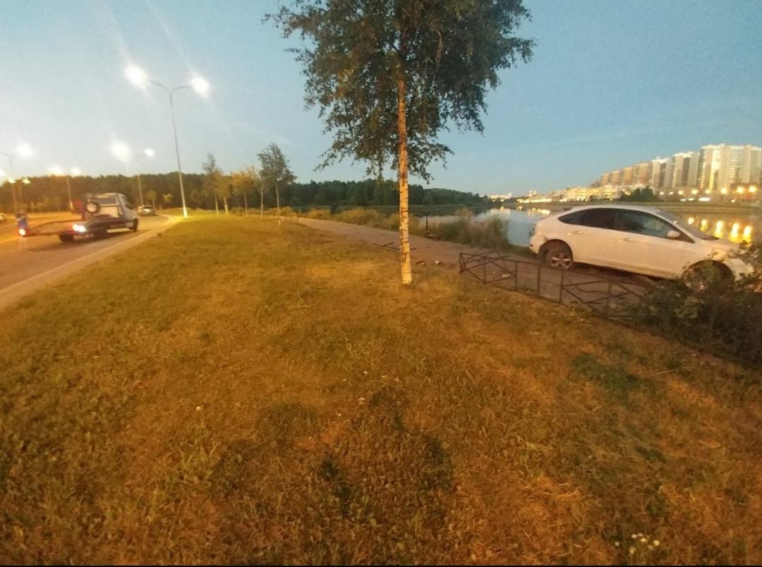 Белый ford фокус не вписался в поворот перелетел ограждение и остановился на пешеходной дорожке у са...