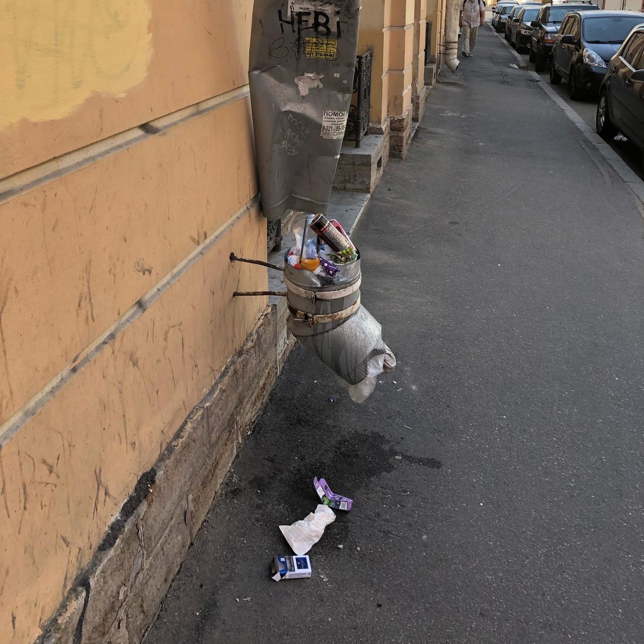 Новый арт-объект на Ломоносова 26. Встречайте, «Водосточная мусорка». P.S. К сожалению, художника ...