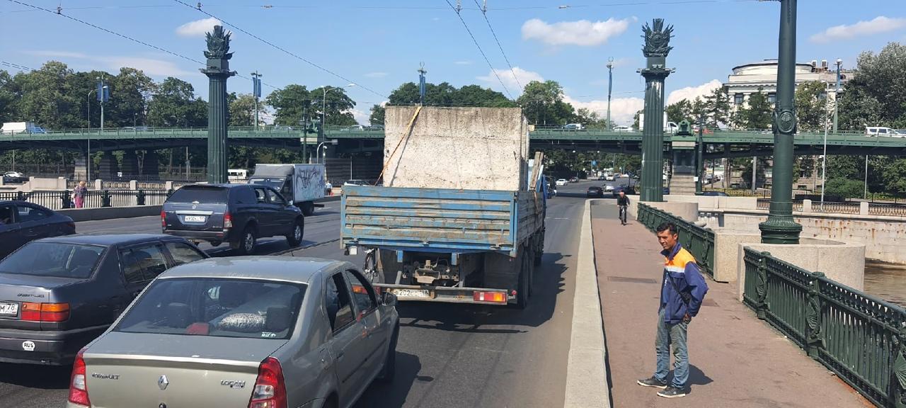 Ищу водителя Volkswagen Polo с логотипом UBER /ГРЗ Т585ТУ¹⁹⁸. В 13:50 на Ушаковском мосту совершил ...