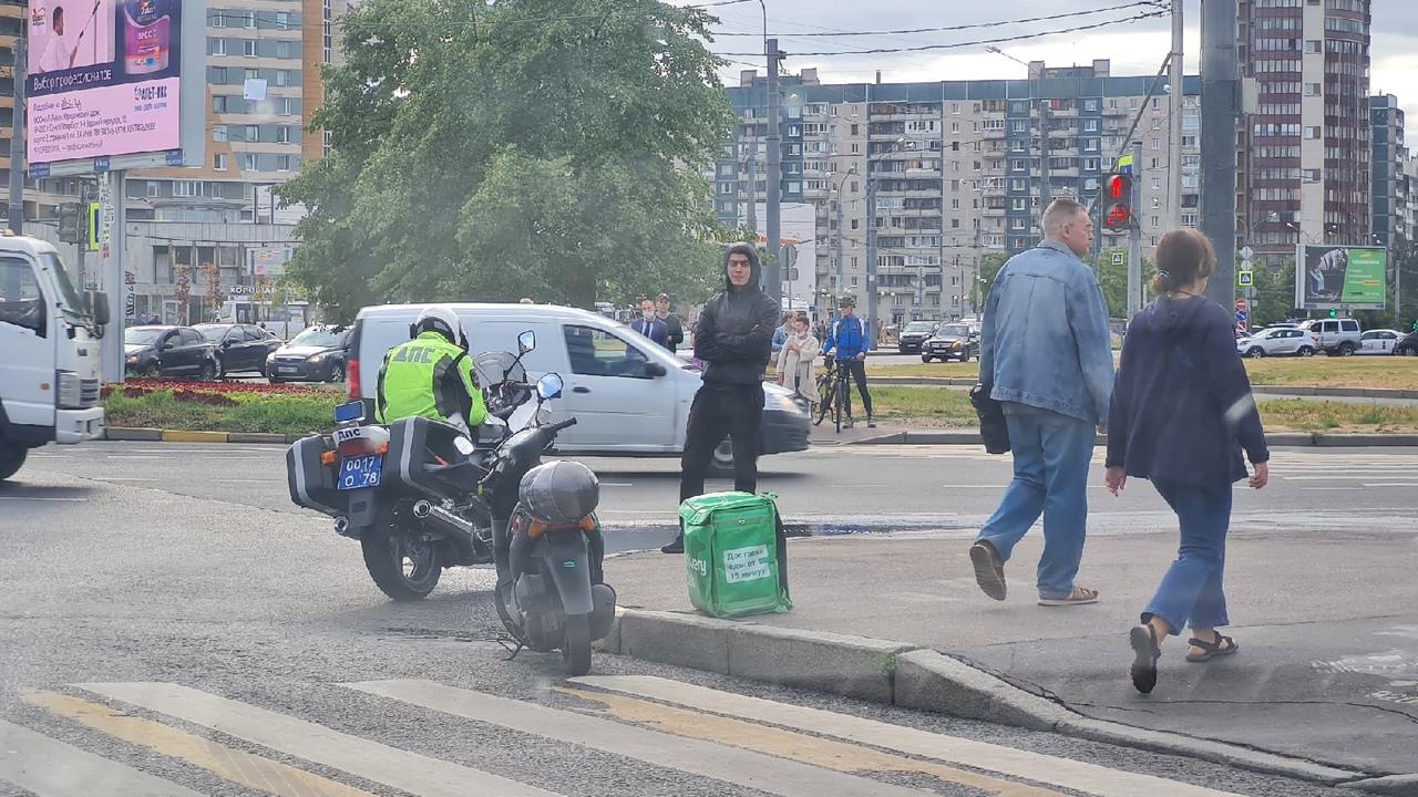 Оформляют гонщика на скутере из Деливери на перекрёстке Коллонтай и Большевиков. Видимо гонял по пеш...