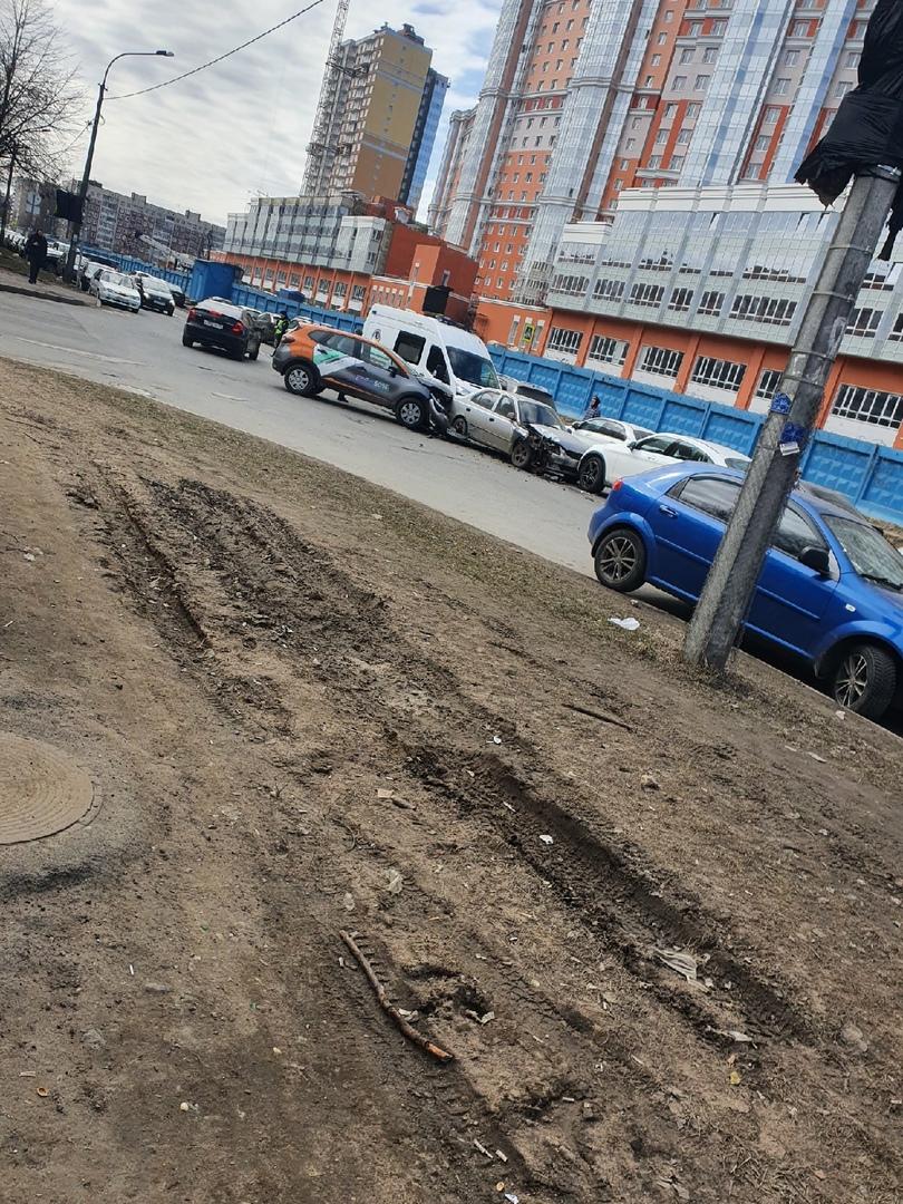 3 машины столкнулись на пересечении Актёрского и Руднева. Когда тут светофор уже появится