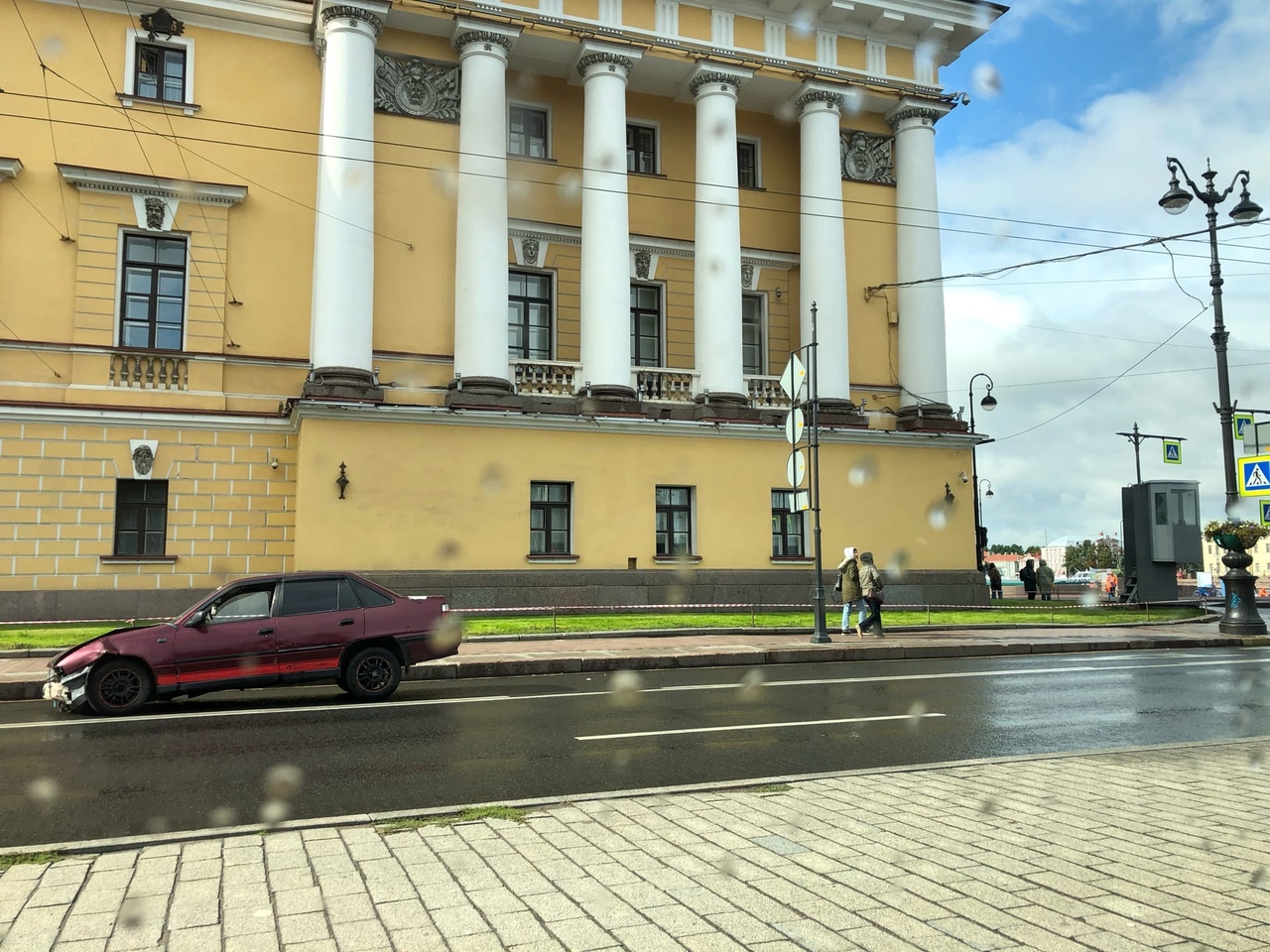 Вот эта разбитая машина стоит на автобусной полосе и мешается, прямо напротив Дворцового моста уже м...