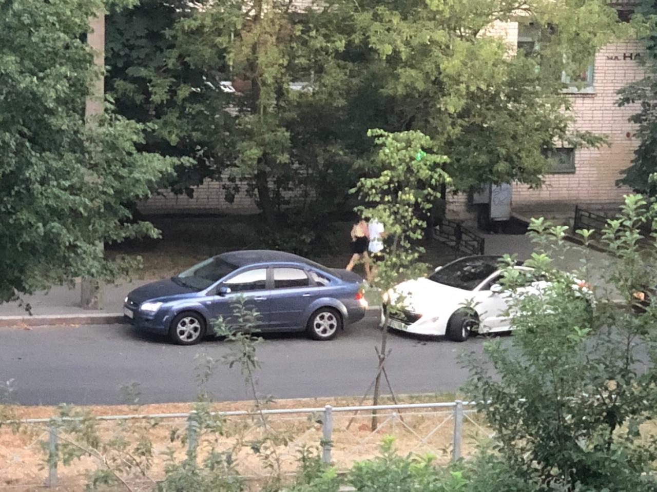 Водитель белого «Пежо» сначала притер «Форда» в левую сторону заднего бампера, затем слегка толкнул ...