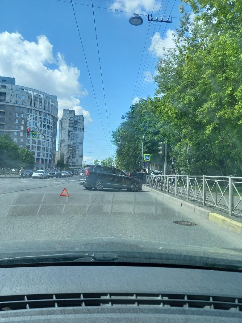 На пересечении Торжковской и Лисичанской. Один вообще с оторванным колесом, другой почти в плотную у...